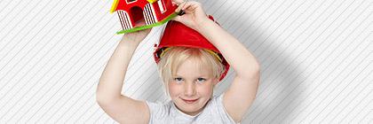 Kind mit Helm, Spielzeughaus