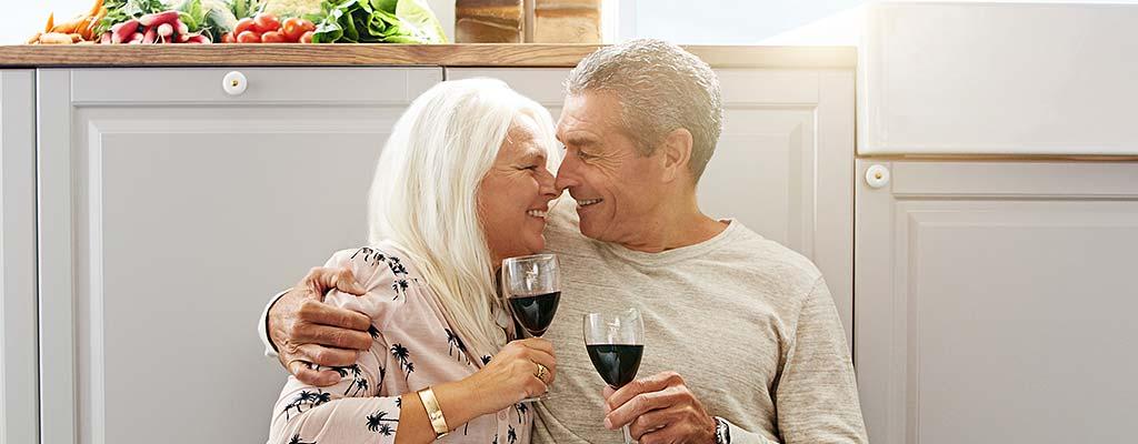 Älteres, vertrautes Paar trinkt Wein