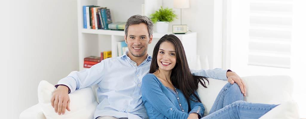 Frau und Mann auf Couch